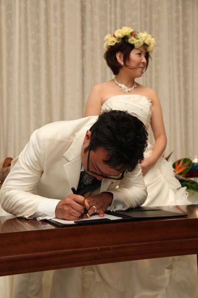 ゲスト皆の前で婚姻届けにサイン