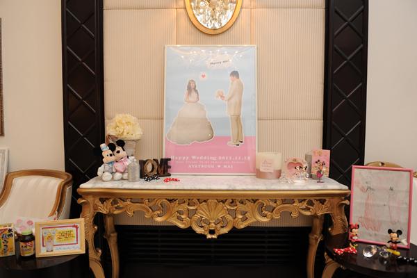 POPなウェルカムポスターと、ミキミニ装飾で、ランド入場前のような期待感を演出!