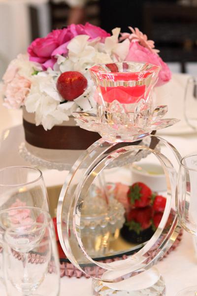テーブル装花はショートケーキのように仕上げてもらいました