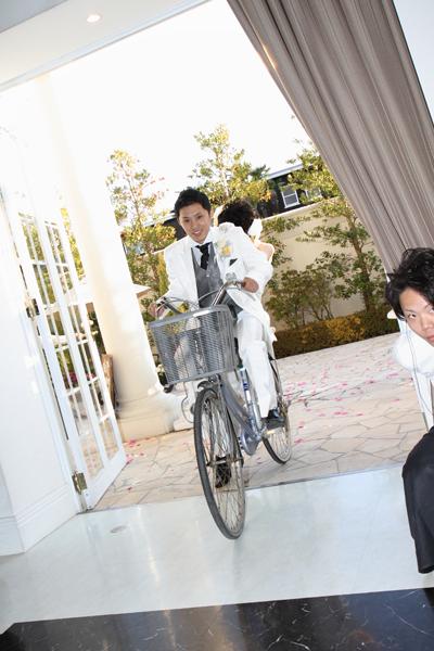 バイク音を鳴らしてバイクで登場!と思わせて・・・