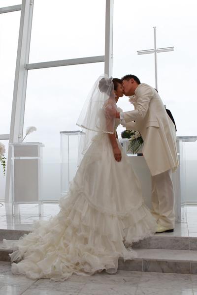 誓いのキス みんなの前で幸せになりますと誓いました