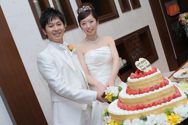 ケーキ入刀。会場にぴったりのウェディングケーキ