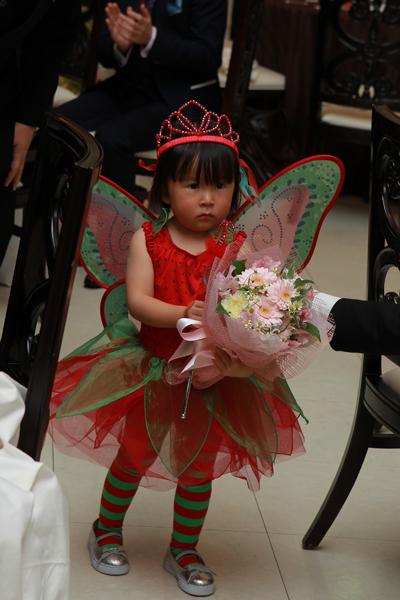 3歳の姪っ子からの花束贈呈、素敵な衣装で登場してもらいました。