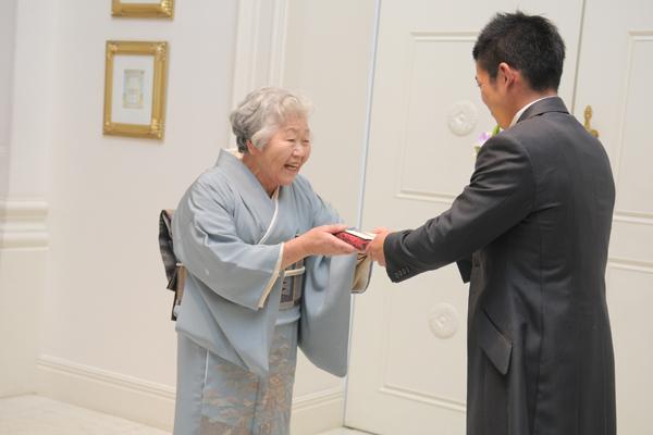 おばあちゃんへ感謝の気持ちを込めお手紙とプレゼントを渡しました。感動のワンシーン