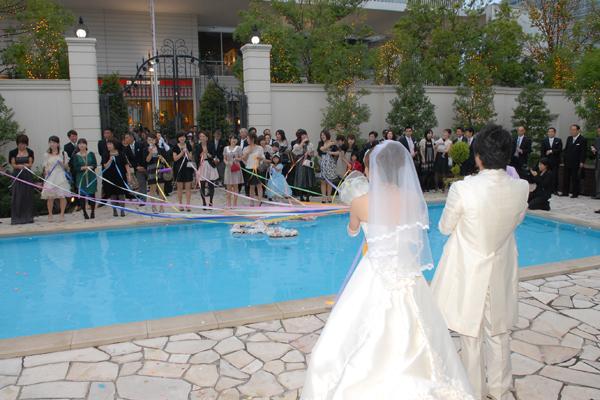 独身女性にはプールを挟んでのブーケプルズ