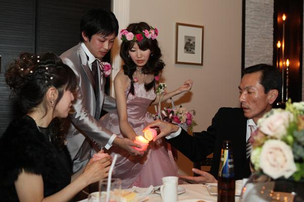ゲスト全員でお2人の幸せを願い、キャンドルを灯していきます。