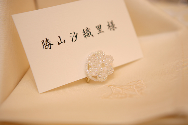 """色とりどりのビーズ席札立て。花嫁とおそろい""""純白""""の方はサプライズプレゼント!"""