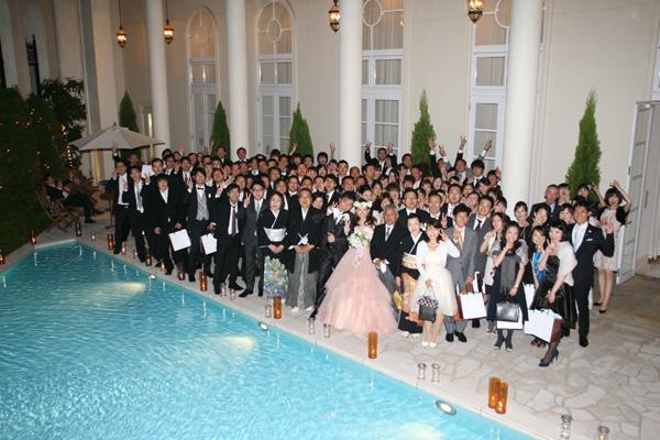 120名ものゲストと共にプールサイドで記念の一枚。