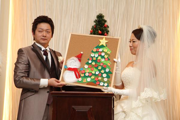 ゲストの皆様の署名が装飾された クリスマスツリーが結婚証明書に。