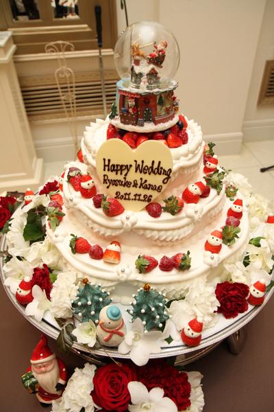 ウェディングケーキやデザートにもサンタさんがいっぱい。