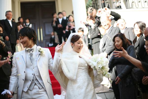 挙式後には青空の下、祝福のフラワーシャワー☆