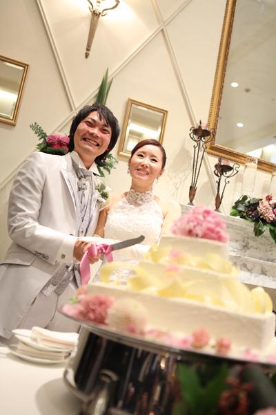 ゲストに囲まれてケーキ入刀のセレモニー♪お二人も最高の笑顔です!