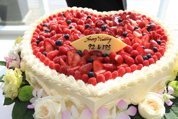 ウェディングケーキには数字で二人の名前を書きました。