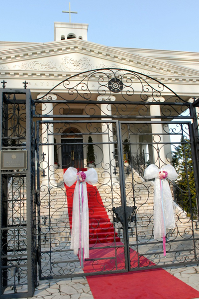 会場に近づくとBGMが聞こえてきて、結婚式の始まりを実感!