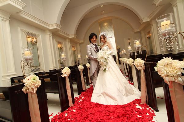 赤い花の絨毯にキャンドルを灯して、とても良い雰囲気でした。