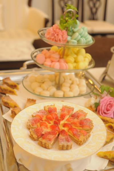 デザートブッフェは春らしく華やかな色合い