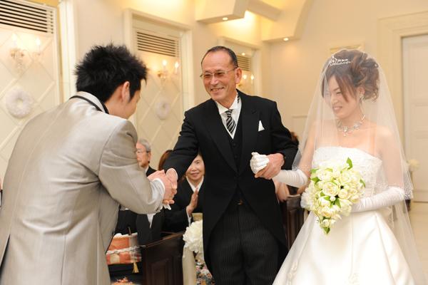 新婦父と新郎の固い握手に込められた想い