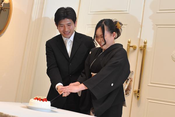 お姉さん夫婦へのケーキ入刀プレゼントは心温まる1シーンでした。