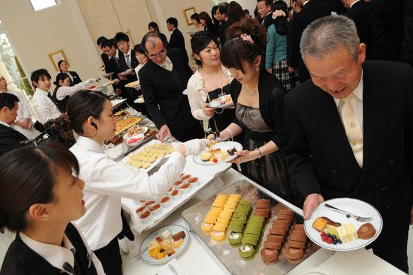 パーティーの後半はゲストとの写真タイムも存分に。デザートビュッフェも好評!