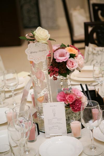 テーブル装花、一輪の白バラ花言葉は『永遠』→結婚式のテーマです。