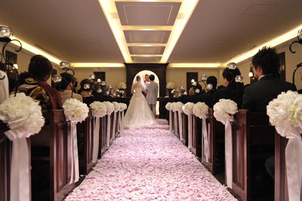 温かい雰囲気のチャペルにて、ゲストの皆様に見守られての挙式。 ピンクの花びらの絨毯がすごくきれい~ (≧▽≦)