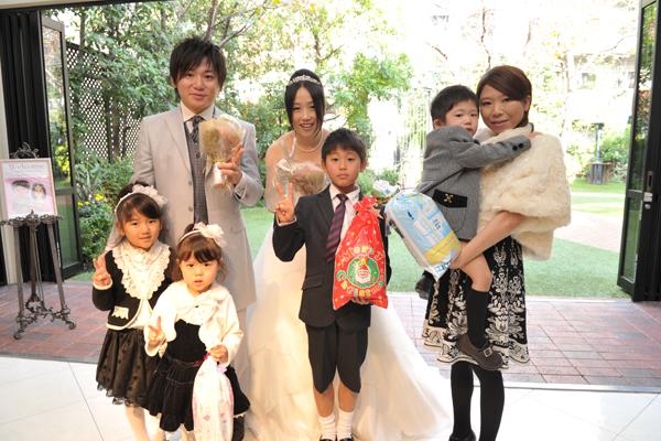 かわいい新郎甥っ子君&姪っ子ちゃんによる花束贈呈。 みんなでピース (*^ー^)v
