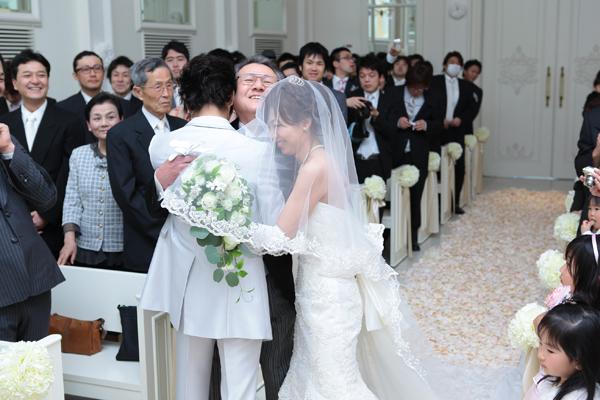 チャペルにて、新郎新婦二人からの新婦父へサプライズ抱擁w