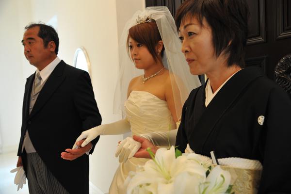 挙式の入場はお父さん・お母さんと3人で…