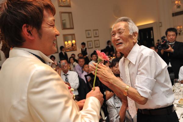 お色直し入場後は、各卓のお花を集めるブーケ・ブートニアのセレモニー☆