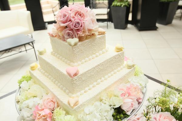 ウエディングケーキは二人の思い出のマカロンを添えて