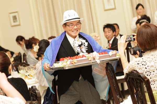 お父さんYAZAWAの歌にのせサプライズケーキを持って登場