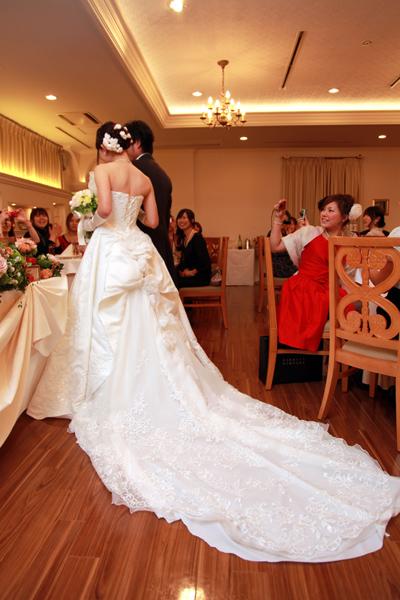 憧れの長い引き裾のドレスと、新婦姉手作りの花かざり。