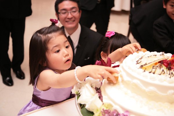 お子様達に飾りのお手伝いをしてもらって…ウエディングケーキが完成♪
