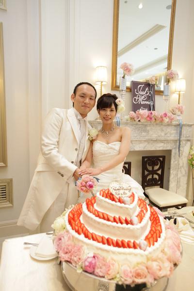 ハート形の可愛いケーキ。大好きなみんなと綺麗な花に囲まれて、幸せいっぱい。