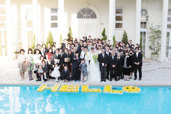 ☆みんな笑顔で集合写真☆ プールには手作りの「HELLO」の文字