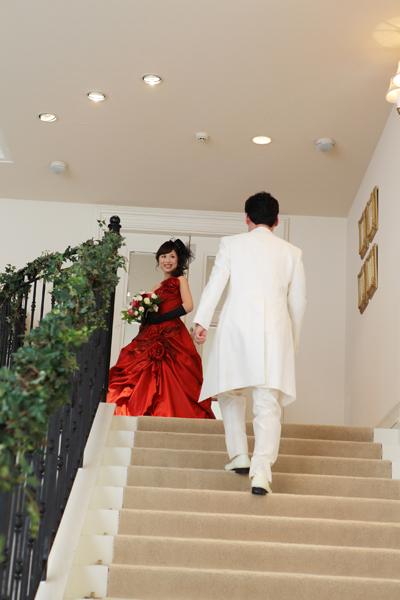 新婦は階段の上のドアから登場!新郎がお迎えに♪お姫様気分!?(笑)