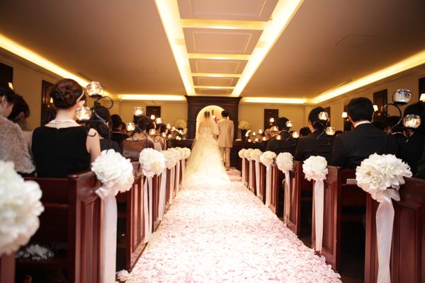 式場選択の決め手にもなった素敵な雰囲気のチャペル。お花のバージンロードが二人のお気に入りです。