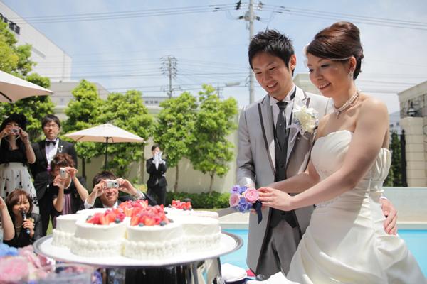 晴天の中、ガーデンでケーキ入刀♪