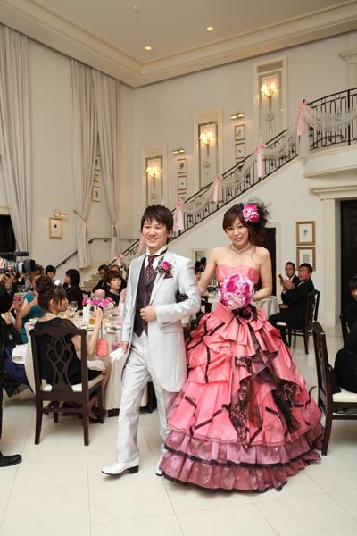 お気に入りのピンクのカラードレスに着替えて再入場。新郎は1階、新婦は2階からの登場でした。