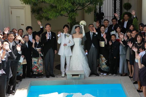 雨男雨女の結婚式でしたが(笑)見事に晴れてみんなで記念撮影!