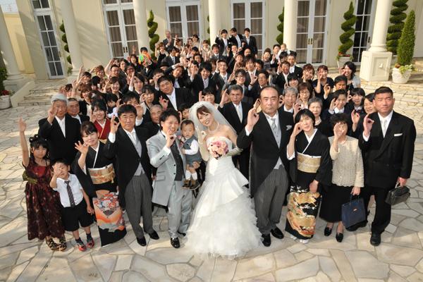 """結婚式のテーマ""""6""""にちなんで、ガーデンにて全員で「6」のポーズをしたよ。"""