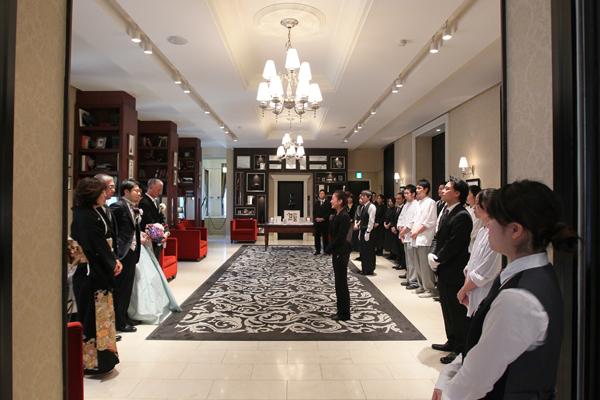 会場スタッフ全員によるお見送り。青山迎賓館で結婚式をあげて本当によかった!