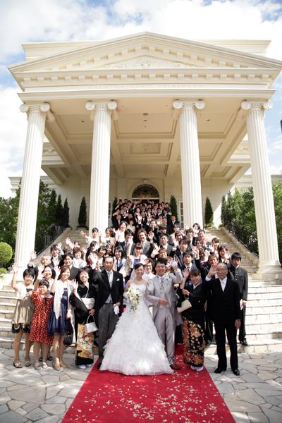 お天気も晴れて、ゲストみんなで大階段で全員集合写真。