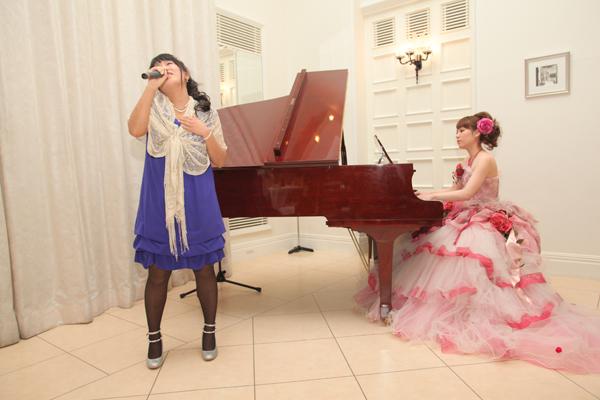 余興では高校時代の友人と一緒に歌とピアノを披露しました♪