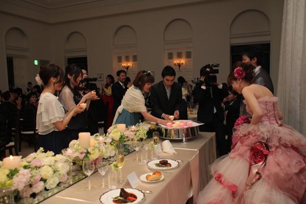 この日が誕生日の新婦に、ゲストと新郎からキャンドルを使ったサプライズの演出が!!