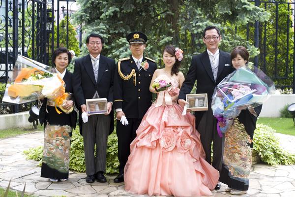 名残惜しいけど、式の最後は両親とパチリ☆これからもよろしくね