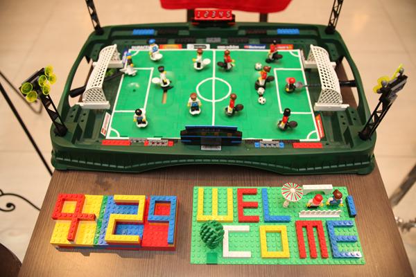 ウェルカムスペースは新郎が大好きなサッカーをテーマに手作りで。