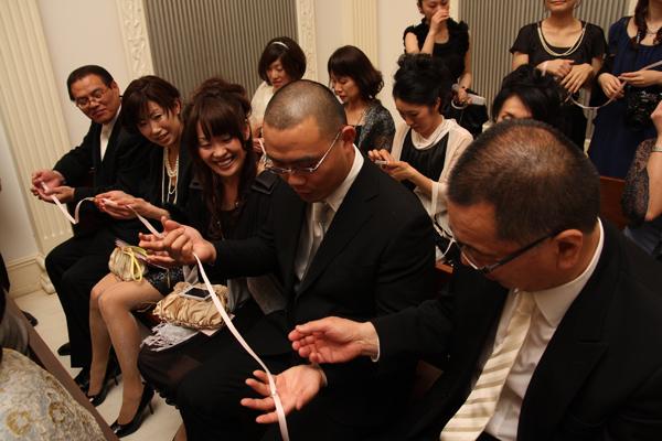 列席して頂いた方全員にリレーしてもらったリングが新郎新婦の下へ進みます