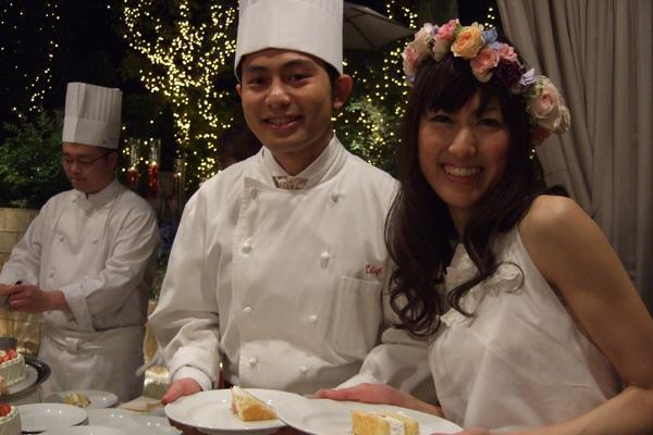 デザートビュッフェでは、新郎がシェフ姿に☆ゲストひとりひとりへケーキを手渡し。