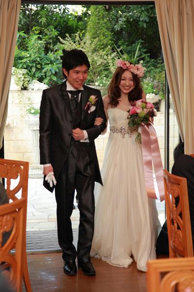 お色直しはお庭から登場。2着目のドレスも大好きな白色にしました。